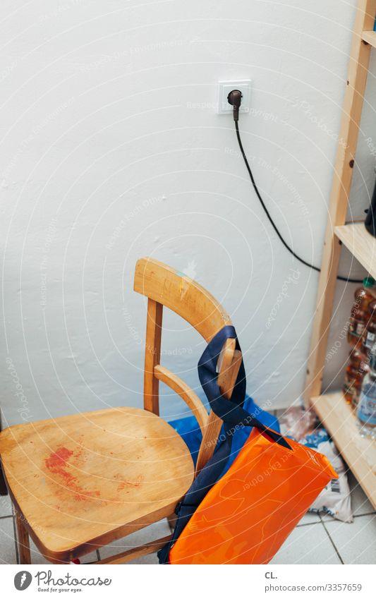 in der ecke Getränk Flasche Häusliches Leben Wohnung einrichten Innenarchitektur Möbel Stuhl Raum Küche Kabel Steckdose Mauer Wand Regal Plastiktüte Tasche