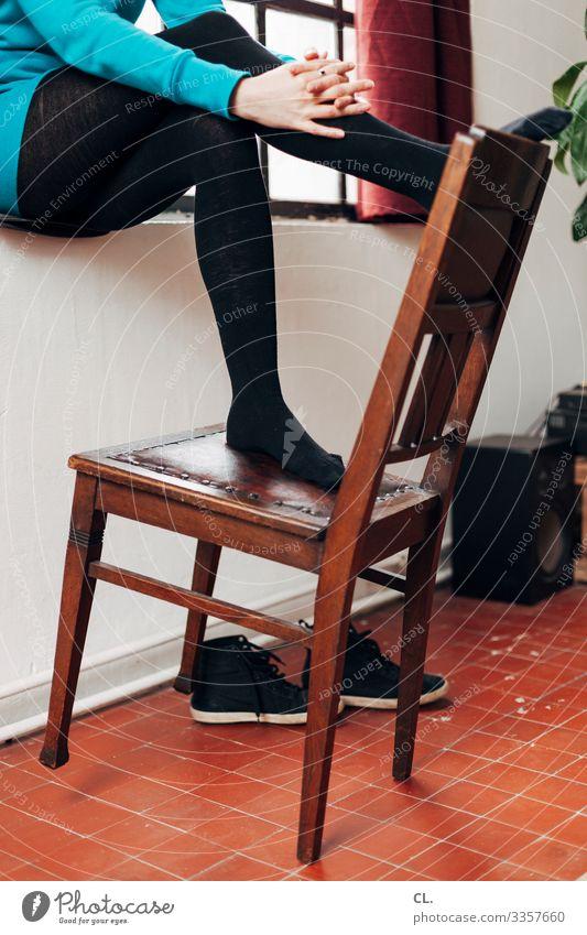 rumsitzen Häusliches Leben Wohnung Möbel Stuhl Raum Lautsprecher Mensch feminin Junge Frau Jugendliche Erwachsene Hand Beine Fuß 1 18-30 Jahre 30-45 Jahre Mauer