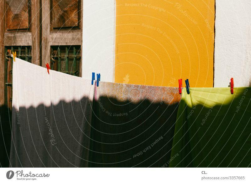 wäscheleine Mauer Wand Wäsche Wäscheleine Wäscheklammern Handtuch ästhetisch Fröhlichkeit Wärme mehrfarbig trocknen Farbfoto Außenaufnahme Menschenleer