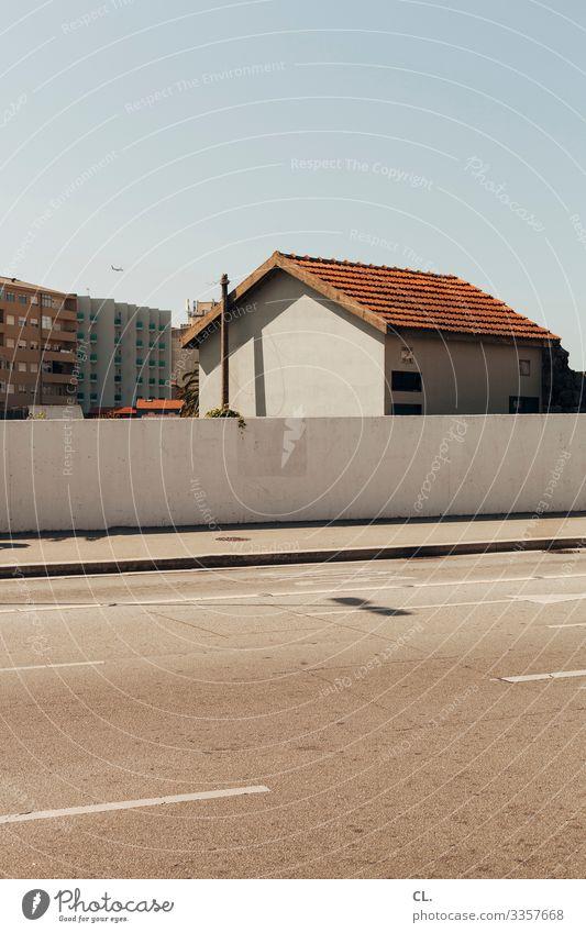 in porto Haus Straße Mauer Wand Himmel Blauer Himmel Wolkenloser Himmel Wege & Pfade Hochhaus Wohnhaus Portugal Porto verlassen Architektur Schönes Wetter Stadt