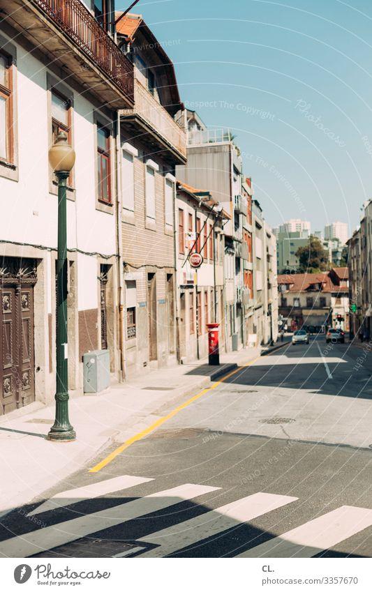 in porto Städtereise Sommer Sommerurlaub Wolkenloser Himmel Schönes Wetter Porto Portugal Europa Stadt Haus Gebäude Architektur Verkehr Verkehrsmittel
