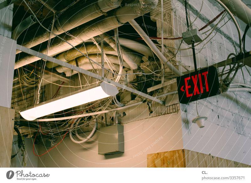 notausgang exit Exitstrategie Ausgang Schild Buchstaben Notausgang Renovierung Sanierung sanierungsbedürftig renovierungsbedürftig Wand Decke Kabel Lampe alt