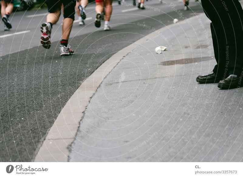 marathon Sport Leichtathletik Joggen Marathon Sportveranstaltung Mensch Erwachsene Beine Fuß Menschengruppe Verkehrswege Straße Wege & Pfade Schuhe Fitness