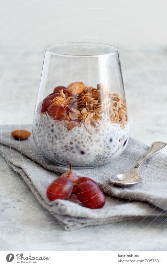 Chia-Puddingparfait mit roten Trauben und Mandeln Joghurt Frucht Dessert Essen Frühstück Diät Löffel grau weiß Glas Parfait Weintrauben rote Weintrauben Muttern