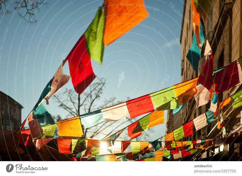 Free Tibet Berlin dalai lama Fahne Gebet Gebetsfahnen Gebetstafeln Gebetsmühlen Gegenlicht Menschenleer Religion & Glaube Schöneberg Sonne Stadt Textfreiraum