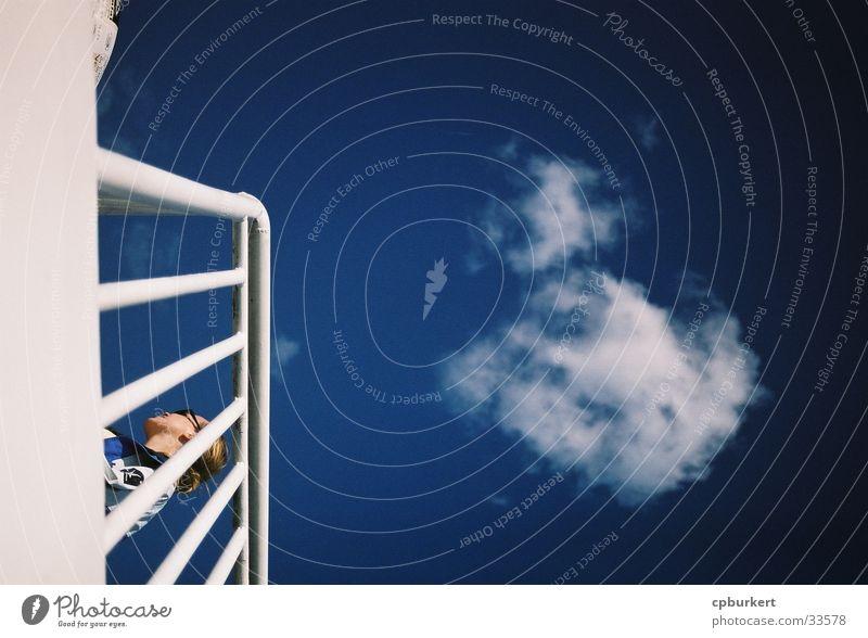 Zwischen Deck und Himmel Frau Himmel Wolken Wasserfahrzeug Europa Parkdeck Reling