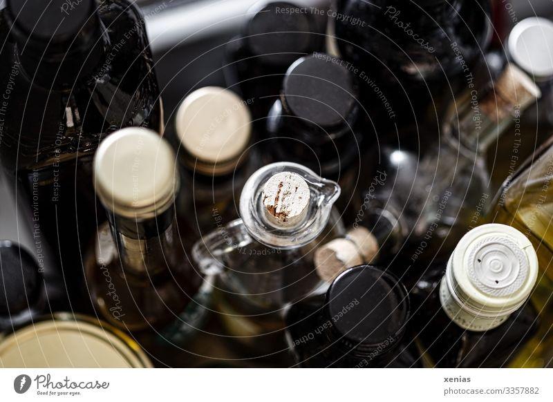 viele Öl und Essig-Flaschen von oben Lebensmittel Kräuter & Gewürze Olivenöl Ernährung Bioprodukte Vegetarische Ernährung Verpackung Korken Tülle Flaschendeckel