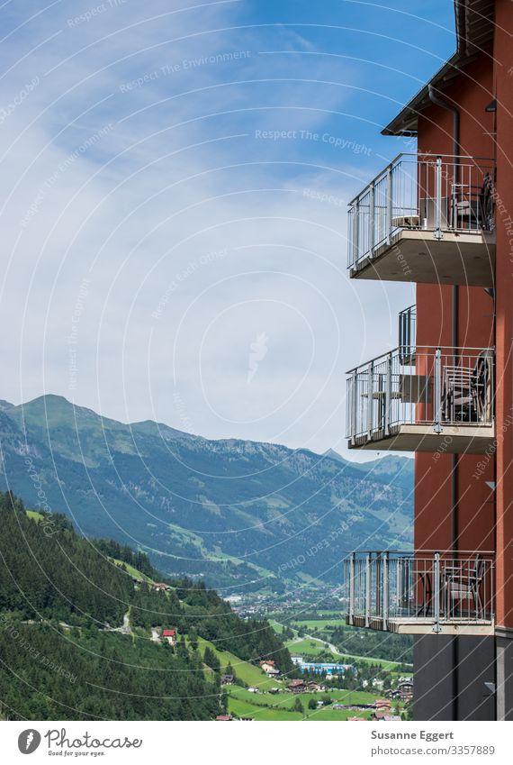 Gasteiner Tal Balkon Häusliches Leben Österreich Mehrfamilienhaus Sonnenstrahlen Schönes Wetter himmelblau Himmel Berge u. Gebirge Wald Hochformat Berghang
