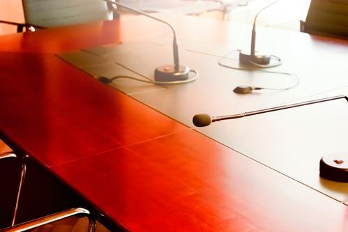 Tischmikrofon auf einem Holztisch in einem Sitzungssaal Design Möbel Schreibtisch Stuhl Erwachsenenbildung Arbeit & Erwerbstätigkeit Arbeitsplatz Büro Business