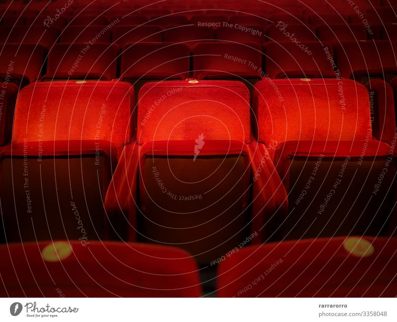Drei leere Sessel aus rotem Samt Stuhl Entertainment Musik Publikum Bildschirm Theater Kultur Show Konzert Kino dunkel bequem Farbe Armsessel Aula Hintergrund
