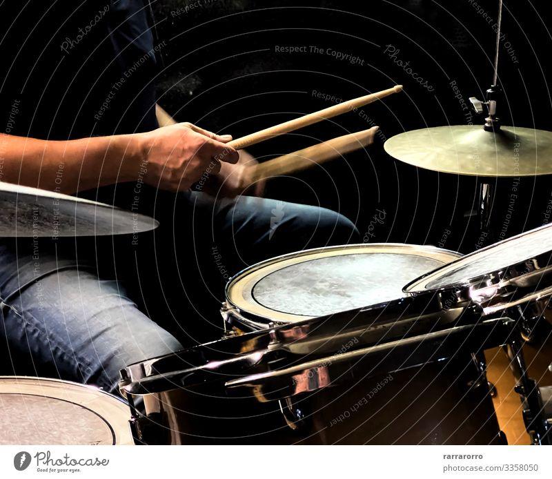 ein Schlagzeuger beim Schlagzeugspielen Spielen Entertainment Musik Mensch Mann Erwachsene Hand Konzert Band Musiker Felsen Metall dunkel modern schwarz Aktion