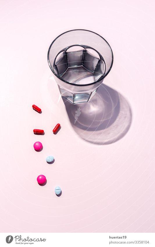 Verschiedene bunte Pillen und Kapseln in einer Blisterverpackung Lifestyle Gesundheitswesen Behandlung Krankheit Medikament Wissenschaften Krankenhaus rosa