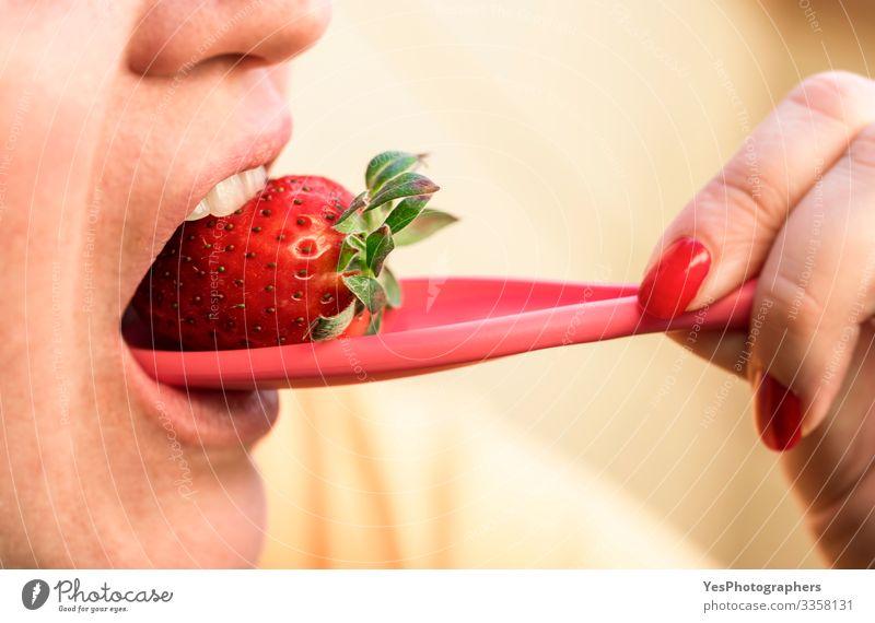 Frische Erdbeere essen. Sommerfrüchte. Gesundes Dessert Lebensmittel Frucht Ernährung Essen Bioprodukte Vegetarische Ernährung Diät Löffel Lifestyle Wellness
