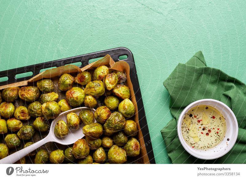 Geröstete Rosenkohlkeime mit Olivenöl. Hausgemacht Lebensmittel Gemüse Ernährung Essen Mittagessen Abendessen Bioprodukte Vegetarische Ernährung Diät Pfanne