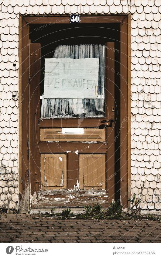 Immobilie günstig erwerben Verkauf verkaufen Schild Karton Pappe schmutzig alt Eingangstür braun Plakat unattraktiv Angebot ramponiertes Schild Tür lieblos
