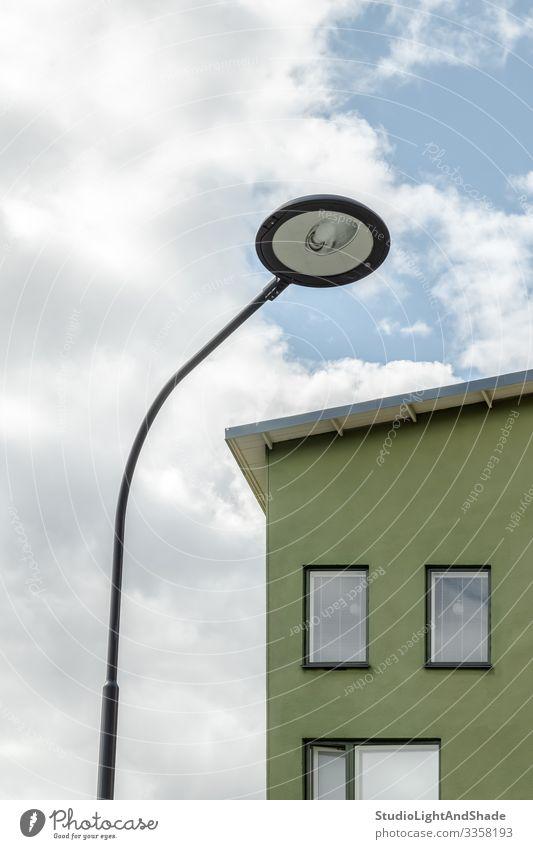 Straßenlaterne und Fassade eines Gewächshauses Lifestyle Haus Lampe Umwelt Himmel Wolken Stadt Gebäude Architektur einfach modern neu Sauberkeit blau grün