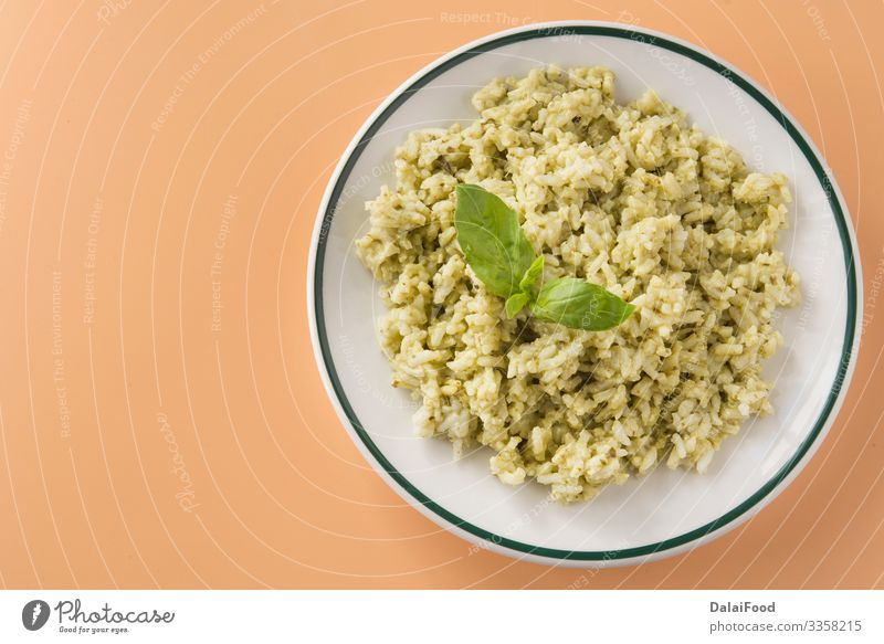 Reis mit Basilikum-Pesto-Sauce Mittagessen Vegetarische Ernährung Teller Tradition brauner Hintergrund kochen & garen Koriander ecuatorianischer Reis