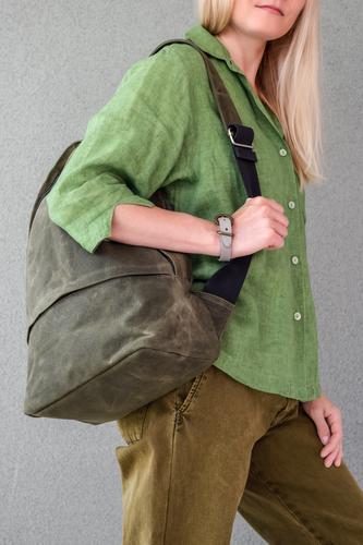 Frau in grüner Kleidung mit Rucksack schön Sommer Mensch Junge Frau Jugendliche Erwachsene Mode Bekleidung Hemd Hose Jeanshose blond langhaarig frei natürlich