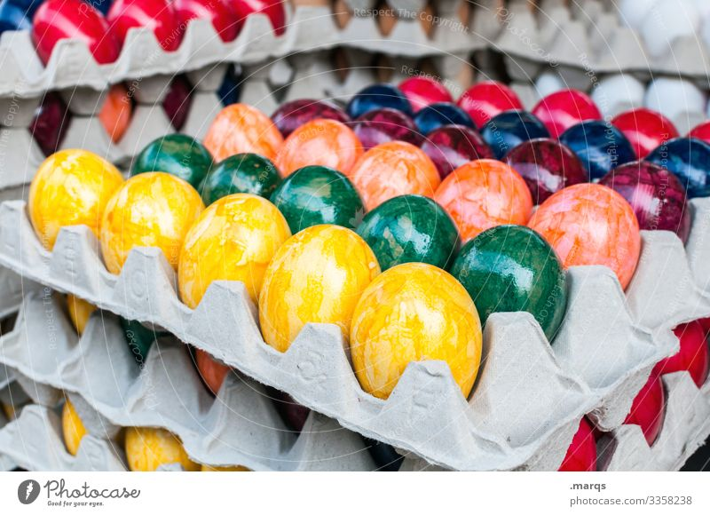 Bunte Ostereier im Karton gemüse Eierkarton Ostern bunt Feste & Feiern Lebensmittel Ernährung Stapel Paletten Wochenmarkt verkaufen frisch Bioprodukte Hühnerei