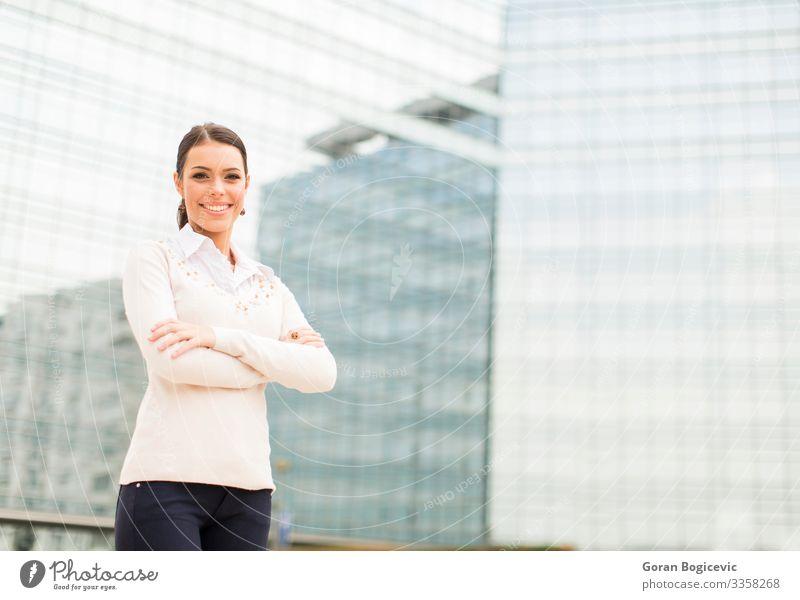Junge Geschäftsfrau vor dem Bürogebäude Lifestyle Stil Glück schön Erfolg Business Karriere Mensch Junge Frau Jugendliche Erwachsene Gebäude Lächeln stehen