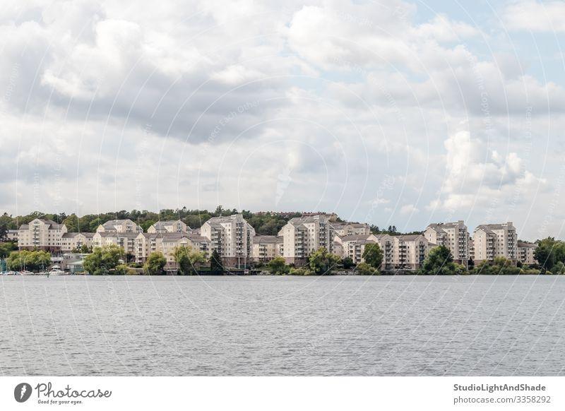 Moderne Stadt am Seeufer Lifestyle harmonisch Haus Umwelt Natur Landschaft Pflanze Himmel Wolken Baum Küste Fluss Gebäude Architektur modern neu Sauberkeit grün