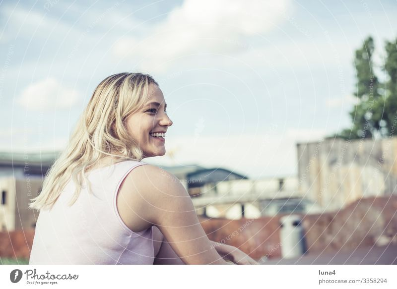 lachende junge Frau entspannt genießen glückliche heiter Verlangsamung Spaß sich[Akk] sonnen jugendlich Junge Frau links Freude Erholung Auszeit Lächeln