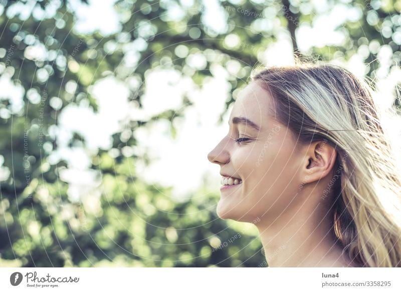 lachende junge Frau entspannt genießen glücklich fröhlich Entschleunigung Spaß sonnen gelassen Freude Erholung Auszeit lächeln zufrieden Achtsamkeit single