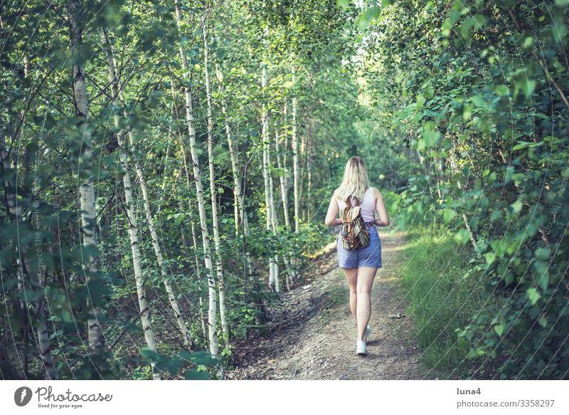 junge Frau mit Rucksack spaziert im Wald wandern spazieren Park entspannt Baum Ruhe Wanderin glücklich Entschleunigung gelassen Erholung Auszeit Umwelt