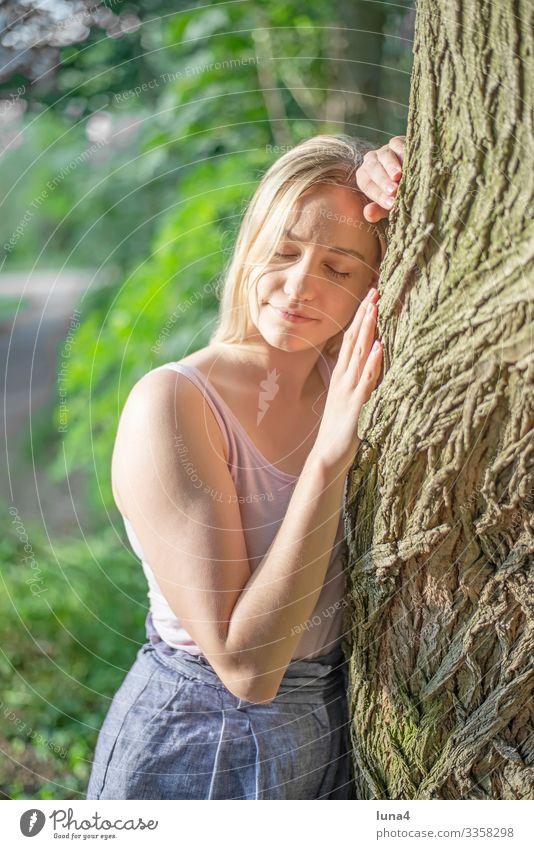 glückliche junge Frau umarmt Baum umarmen stehen Umarmung entspannt Wald Entschleunigung gelassen Erholung Auszeit nachdenklich zufrieden Achtsamkeit single