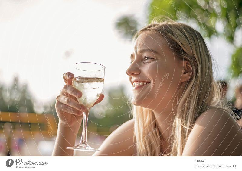lachende junge Frau trinkt Wein trinken Glas Alkohol entspannt genießen glücklich Getränk Erfrischung fröhlich Entschleunigung Spaß gelassen Freude Erholung