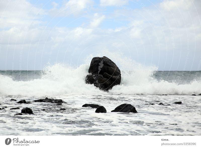 Dauerbeschallung Umwelt Natur Landschaft Urelemente Wasser Himmel Wolken Horizont Felsen Wellen Küste Meer Atlantik Gischt maritim Kraft Macht Leben Ausdauer