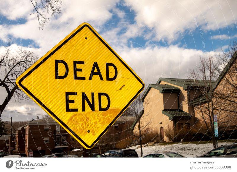 Himmel Ferien & Urlaub & Reisen blau Haus Straße Lifestyle gelb Tod Häusliches Leben Verkehr Hinweisschild Zeichen Information Symbole & Metaphern Dorf Ende