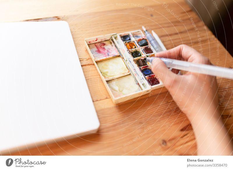 Aquarellfarbe Canva. Hand hält einen Pinsel. Schule lernen Arbeit & Erwerbstätigkeit Frau Erwachsene Papier zeichnen Begeisterung Farbe Inspiration Kreativität