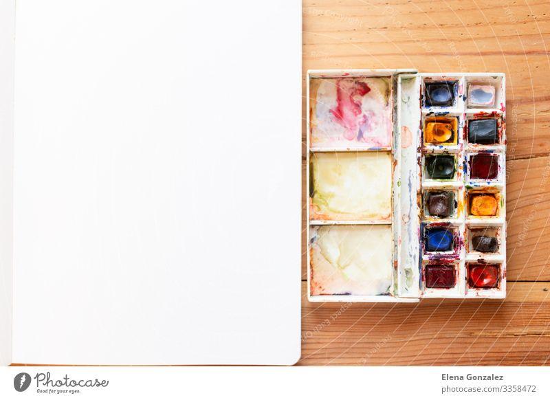 Aquarellfarbe und Leinwand, die für neue Gemälde verwendet werden. Schule lernen Arbeit & Erwerbstätigkeit Arbeitsplatz Papier zeichnen Begeisterung Farbe