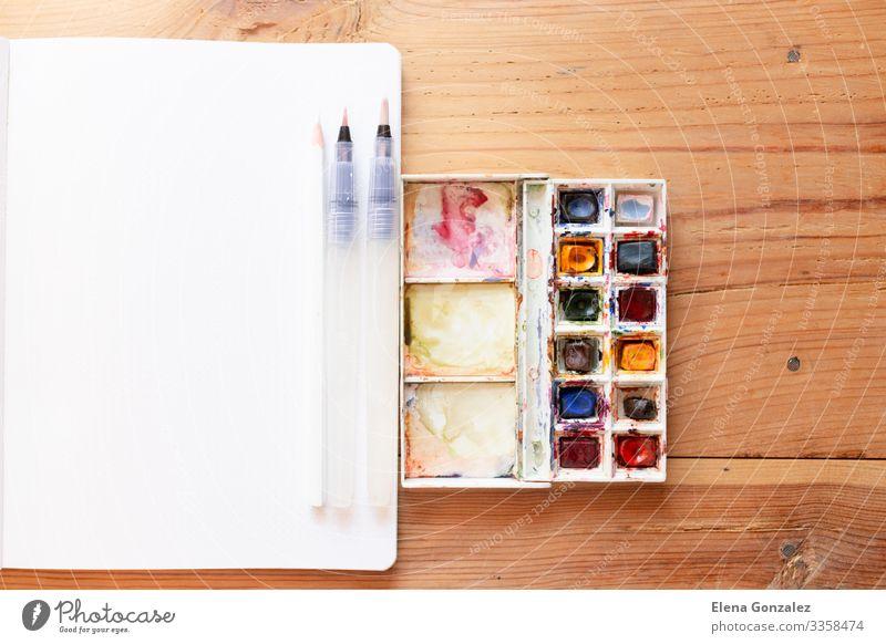 Aquarellfarbe und Pinsel Schule lernen Arbeit & Erwerbstätigkeit Arbeitsplatz Papier zeichnen Begeisterung Farbe Inspiration Kreativität Künste Gemälde bürstend
