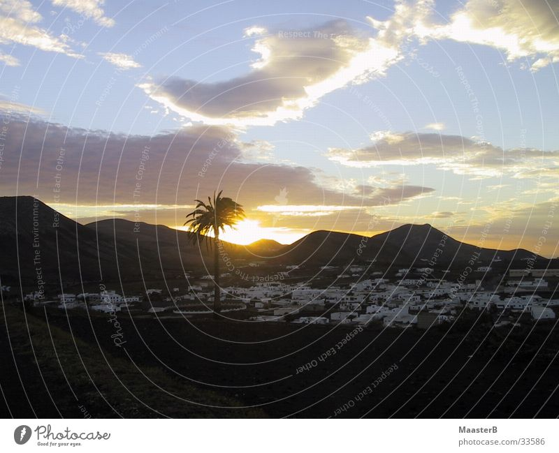 Oase Wolken Berge u. Gebirge Europa Wüste Dorf Palme Oase Kanaren Lanzarote