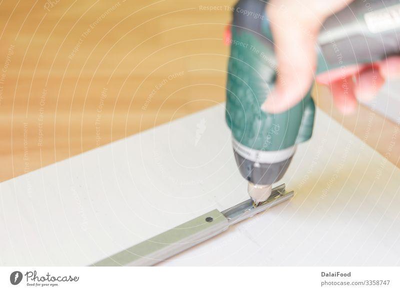 Frau beim Schrauben im Holz Freizeit & Hobby Haus Möbel Arbeit & Erwerbstätigkeit Handwerk Business Werkzeug Erwachsene machen modern Kasten Zimmerer