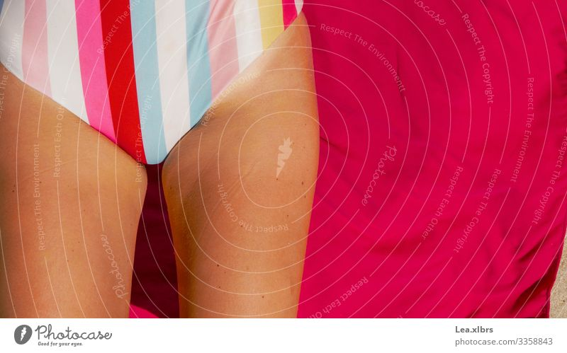 Sonnenbad am Strand Erholung Ferien & Urlaub & Reisen Sommerurlaub Mensch feminin Beine 1 18-30 Jahre Jugendliche Erwachsene Badeanzug Decke genießen Erotik