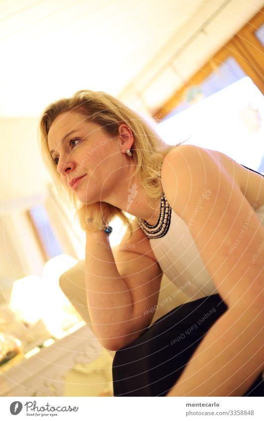 Warten - Träumen - Nachdenken Mensch Jugendliche Junge Frau schön Erholung ruhig Erwachsene Leben Wärme natürlich feminin Denken Stimmung Zufriedenheit träumen