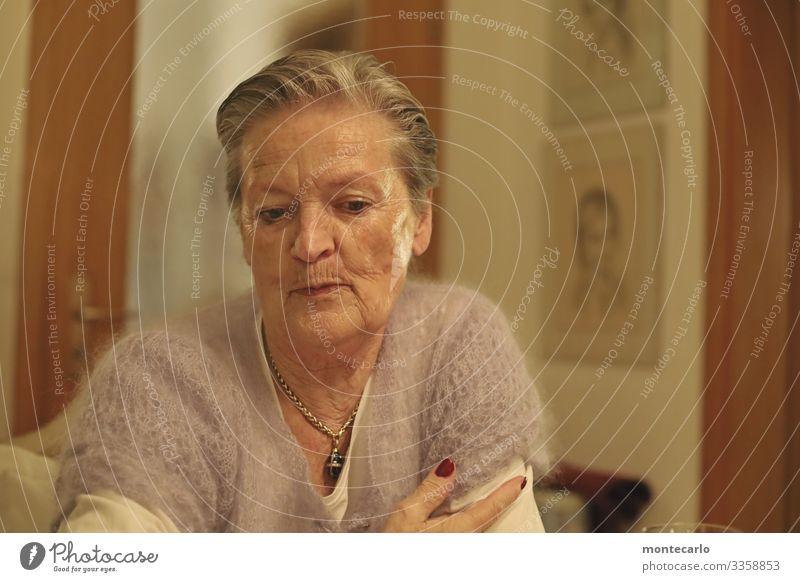 Seniorin mit tiefsinnigem Blick feminin Weiblicher Senior Frau Leben 1 Mensch 60 und älter grauhaarig Stimmung Geborgenheit loyal friedlich Menschlichkeit