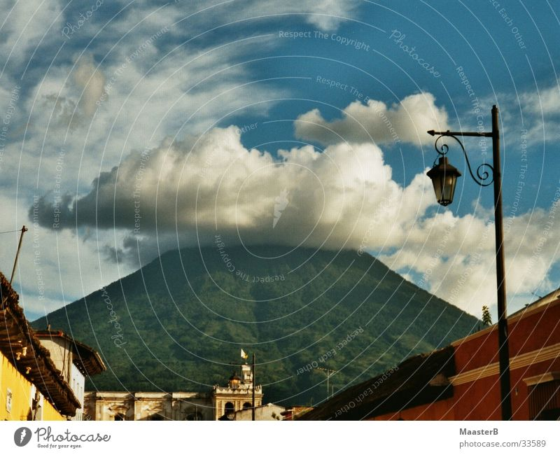 The perfect Volcano Berge u. Gebirge Landschaft Himmel Wolken Vulkan Kleinstadt Stadt blau gelb grün rot weiß Natur Laterne Kulisse Guatemala Antigua mehrfarbig