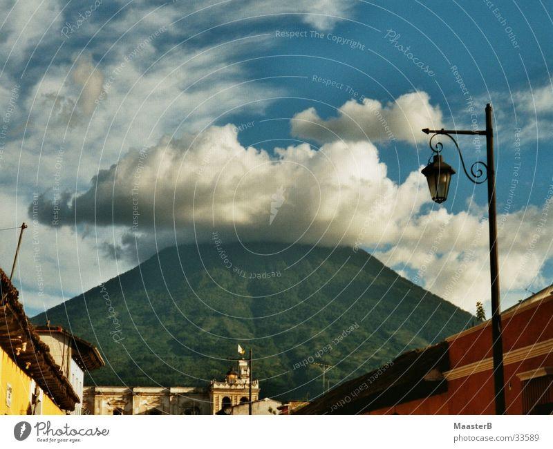 The perfect Volcano Natur Himmel weiß grün blau Stadt rot Ferien & Urlaub & Reisen Wolken gelb Berge u. Gebirge Landschaft Reisefotografie Kleine Antillen