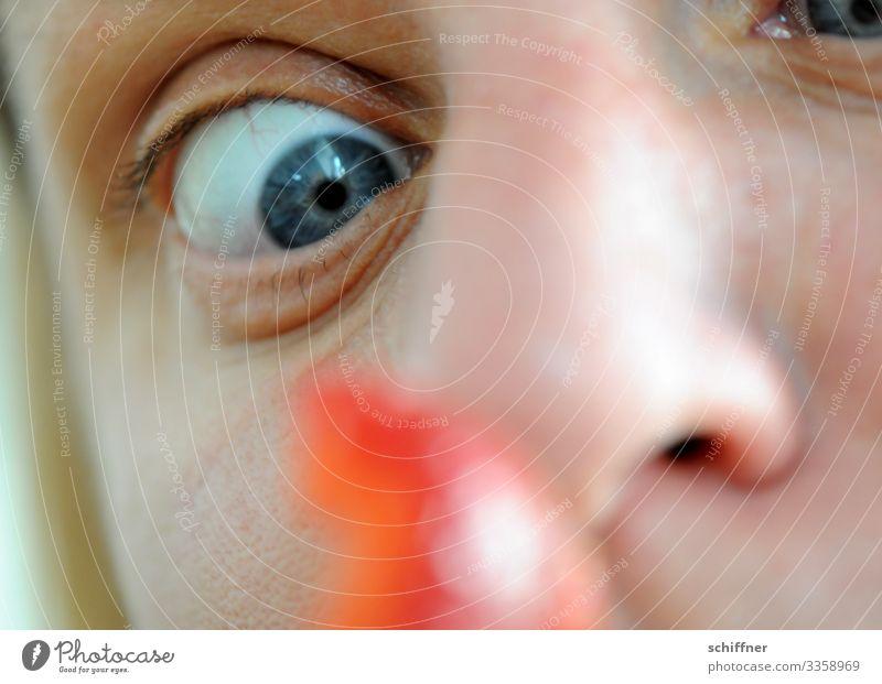 hier riecht's doch nach ... | Rot? Auge erschrocken sehen strarren Nase Nasenloch Gesicht Gesichtsausdruck essen und trinken Essen erdbeere Erdbeeren Augapfel