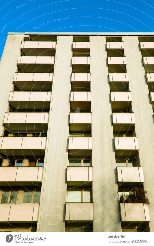 Wohnraum Neubau Fassade Fenster Haus Himmel Himmel (Jenseits) Blauer Himmel Stadtzentrum Mehrfamilienhaus Menschenleer Stadthaus Textfreiraum Wand Wetter