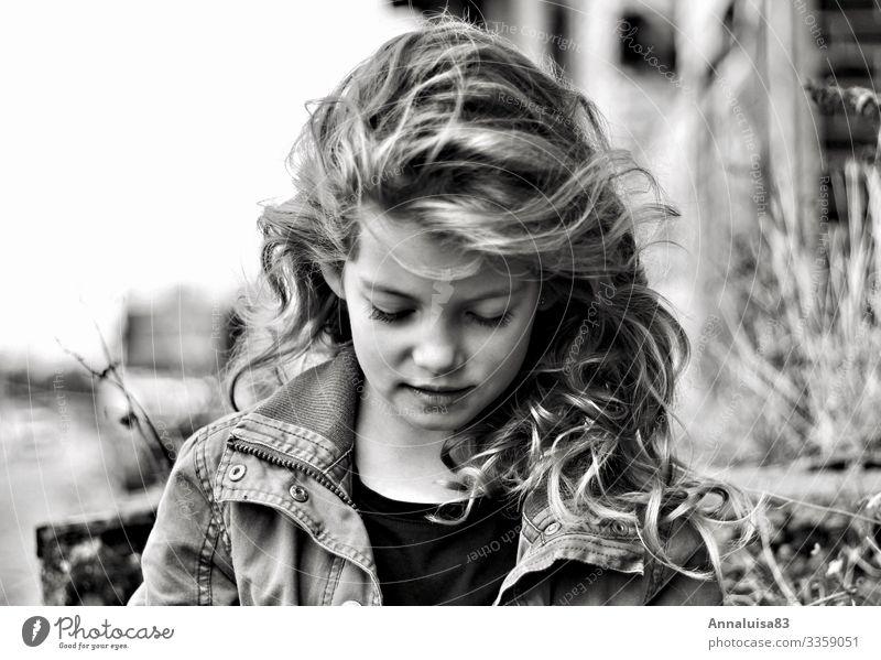 Das schöne Mädchen Freiheit Mensch Kind Gesicht 1 3-8 Jahre Kindheit Jacke Haare & Frisuren blond langhaarig Locken Coolness frei frisch Glück Schwarzweißfoto