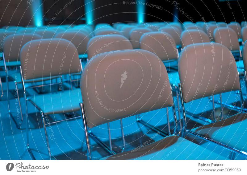 Leere Stuhlreihen vor der Veranstaltung Wirtschaft Business Unternehmen Sitzung sprechen modern blau grau Publikum Zuschauerraum Präsentation Farbfoto