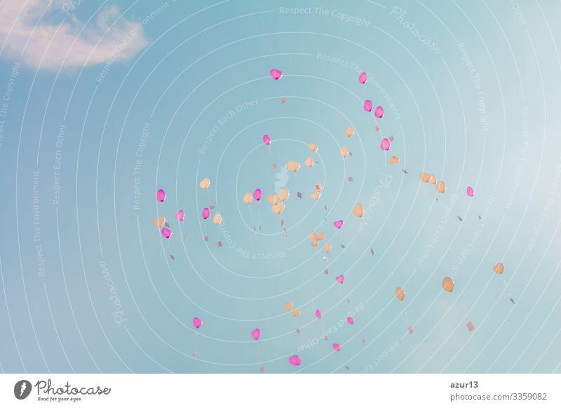 Herzensliebe-Ballons fliegen mit Zeremonie-Wünschen in den türkisfarbenen Himmel Liebe Hochzeit Valentinstag Valentinsgruß Festakt Luftballon romantisch