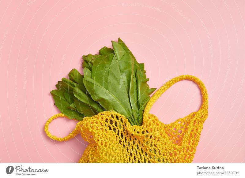 Grüne Sauerampferblätter in einem gelben Schnurbeutel. Gemüse Vegetarische Ernährung Diät kaufen Dekoration & Verzierung Frau Erwachsene Natur frisch modern