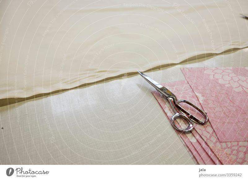 Zuschnitt Freizeit & Hobby Beruf Handwerker Arbeitsplatz Mittelstand Schneider Werkzeug Schere einfach Sauberkeit Stoff Nähen Farbfoto Innenaufnahme