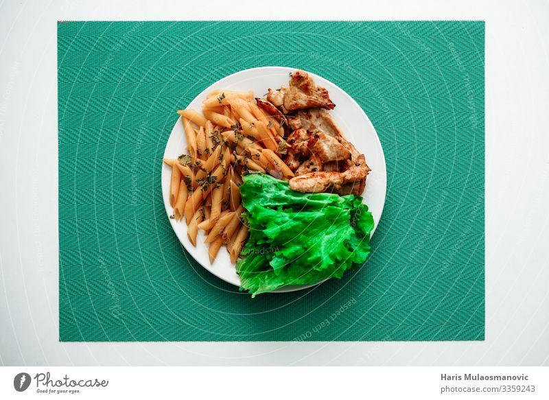 Huhn und Salat mit Makkaroni auf Teller von oben Lebensmittel Ernährung Essen Frühstück Mittagessen Geschäftsessen Vegetarische Ernährung Geschirr gebrauchen